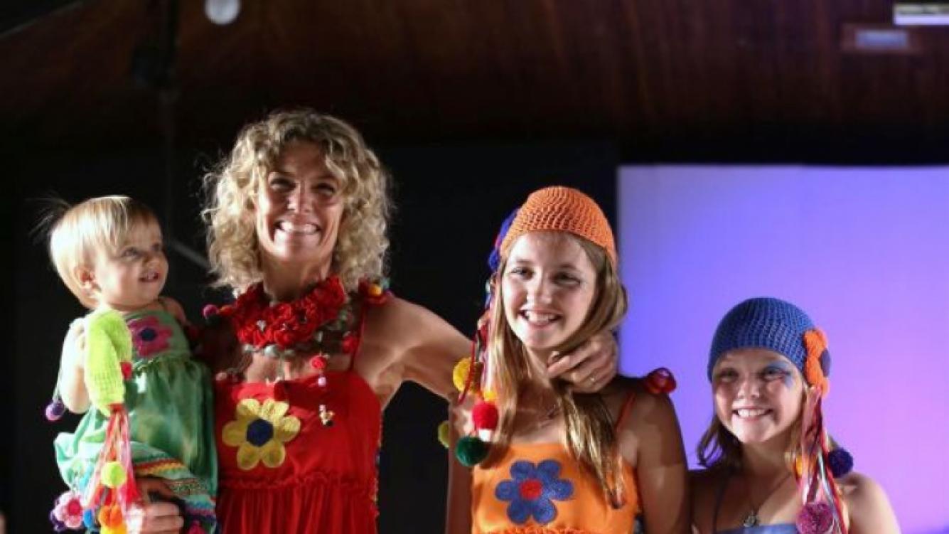 Maru Botana y sus hijas, con mucho color. (Foto: Prensa Alejandro Veroutis)