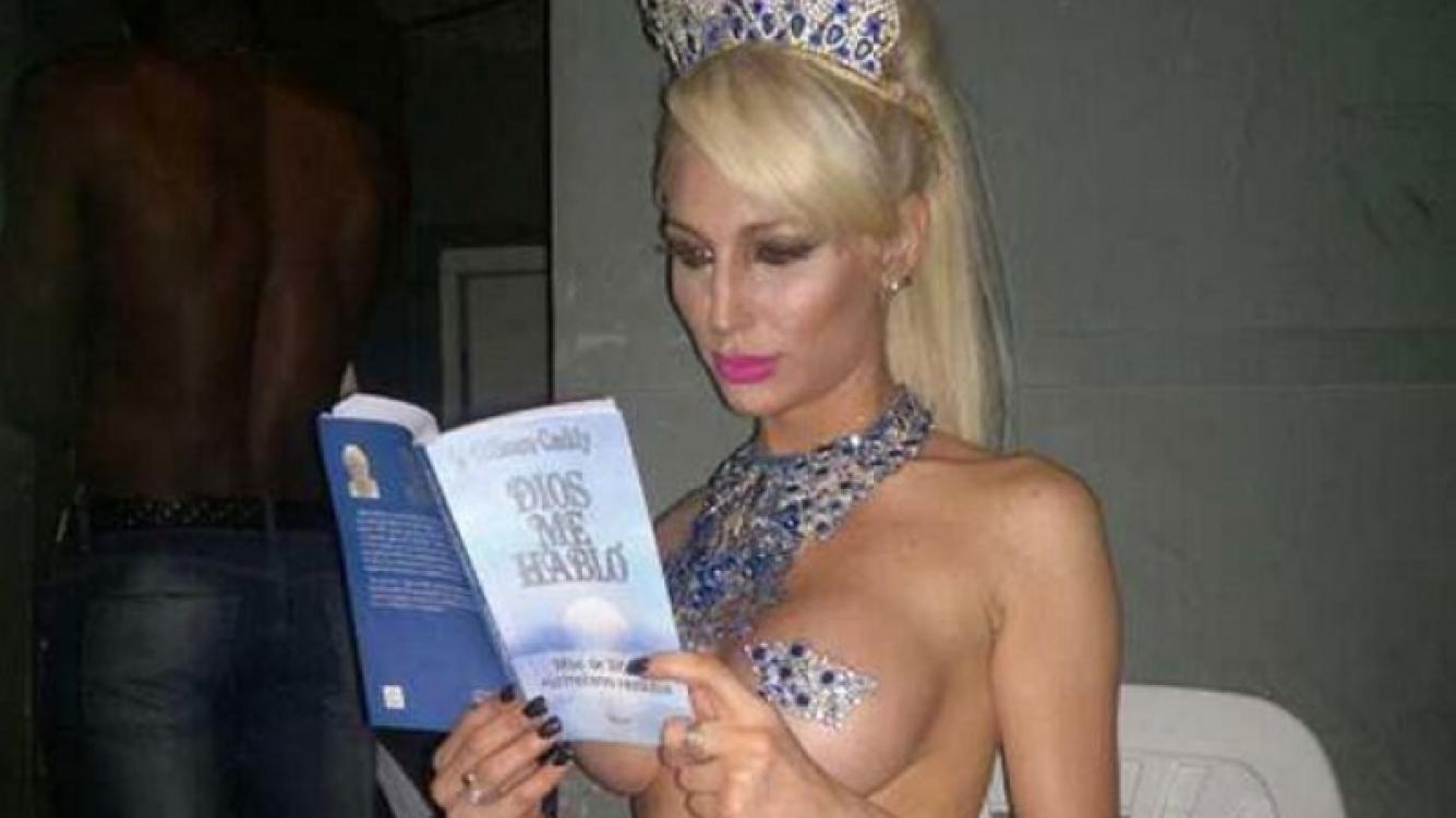 Vicky Xipolitakis, súper sexy, leyendo un libro. (Foto: Twitter @VXipolitakisOK)