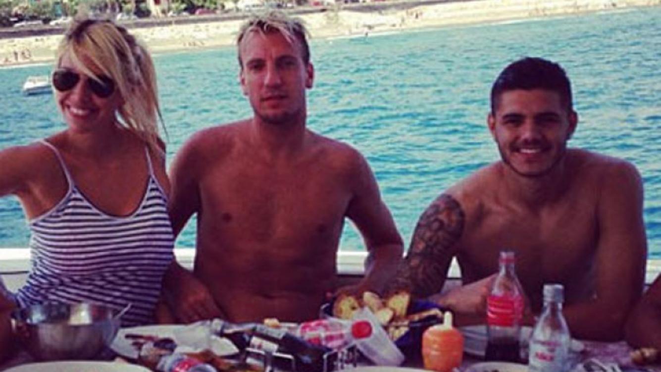 Wanda Nara, Maxi López y Mauro Icardi, en la isla de Caras, cinco meses atrás (Foto: revista Caras)