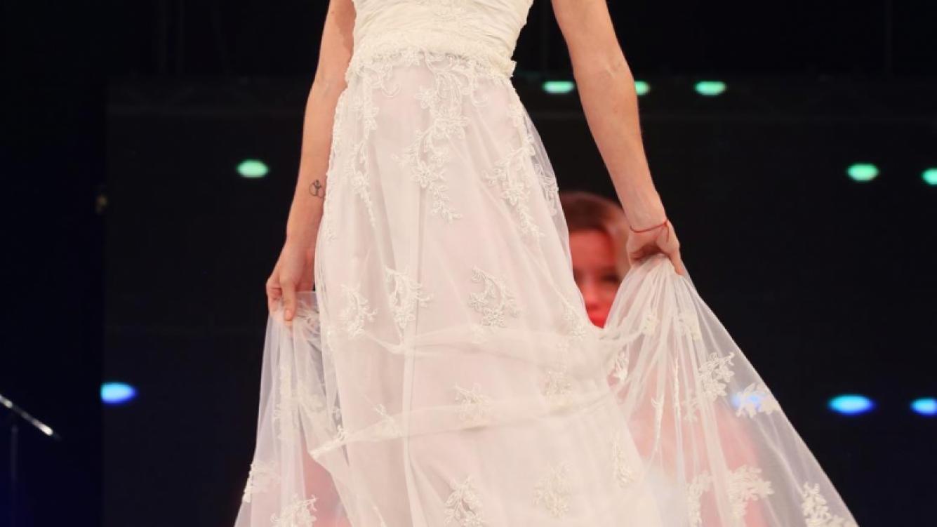 Nicole Neumann desfiló vestida de novia. Después vendrían los codazos de sus compañeras. (Foto: gentileza Veroutis Press)