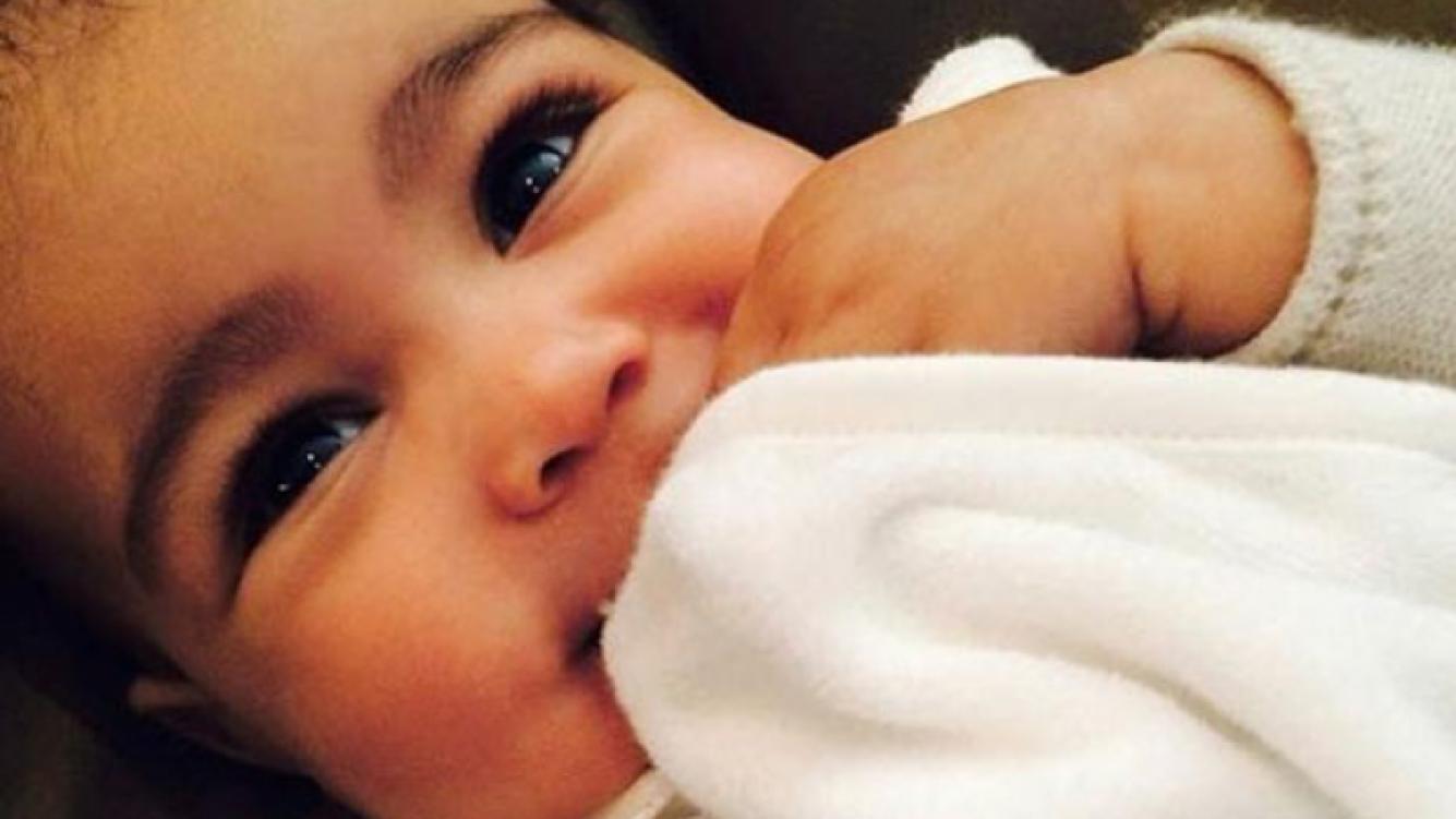¿Kim Kardashian le depiló las cejas a su beba de seis meses? (Foto: Web)