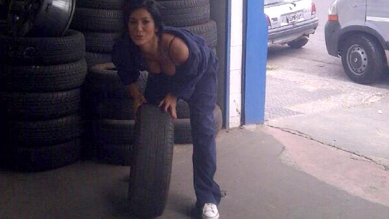 Silvina Escudero grabó en un taller mecánico. (Foto: Twitter)