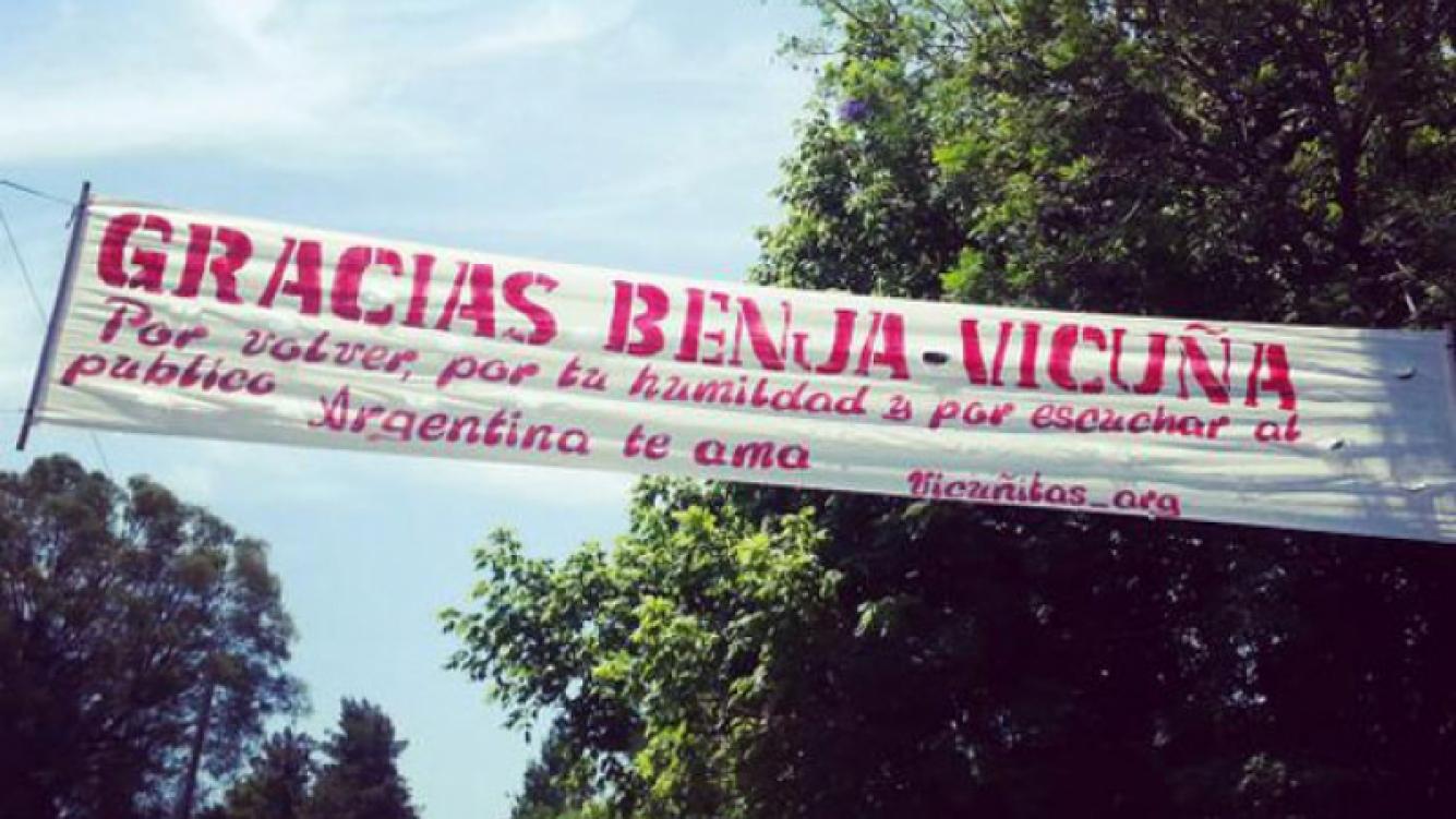 Benjamín Vicuña, feliz junto a sus fans en el regreso a Farsantes (Fotos: @Vicunitas_Arg).