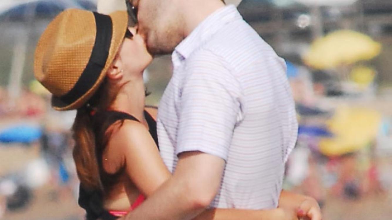 Lali Espósito y Benjamín Amadeo, beso en Punta del Este. (Foto: TMPress)