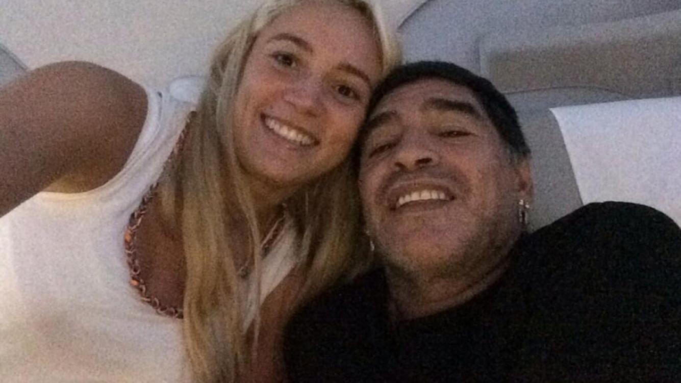 Diego Maradona y su novia, Rocío Oliva, en el avión rumbo a Dubai. (Foto: @rociooliva4)