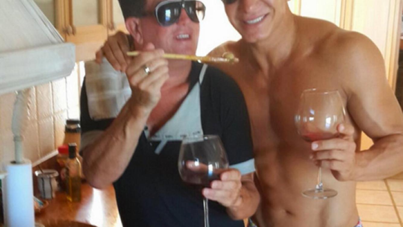 Flavio Mendoza con su sunga rosa, junto a Marcelito de XT, que le preparó pollo a la cazadora. (Foto: @flaviomendoza)