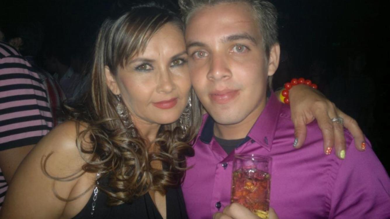 Rafaela, la mamá de Dallys, junto a Jonathan, su hermano fallecido. (Foto: Facebook)