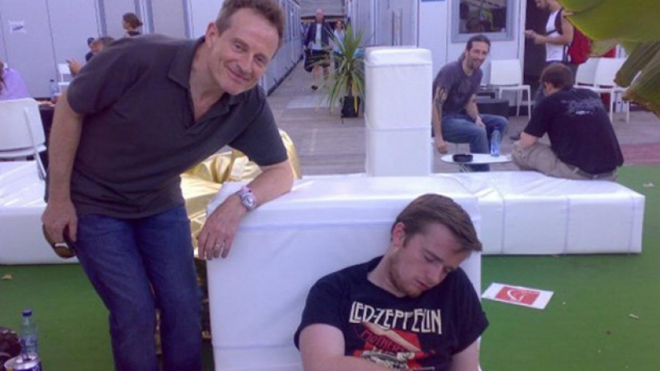 El fan, quebrado por el alcohol, duerme mientras John Paul Jones, de Led Zeppelin, posa a su lado. (Foto: Twitter)