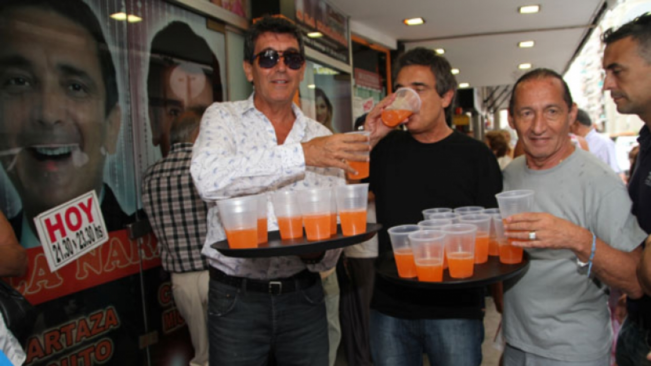 Nito Artaza y Miguel Angel Cherrutti, mozos improvisados.