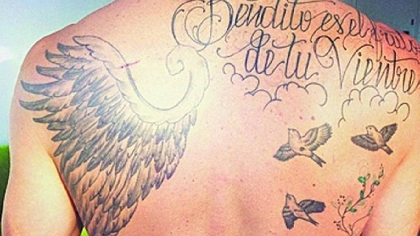 Gonzalo Valenzuela y un nuevo (y enigmático) tatuaje. (Foto: Clarín)