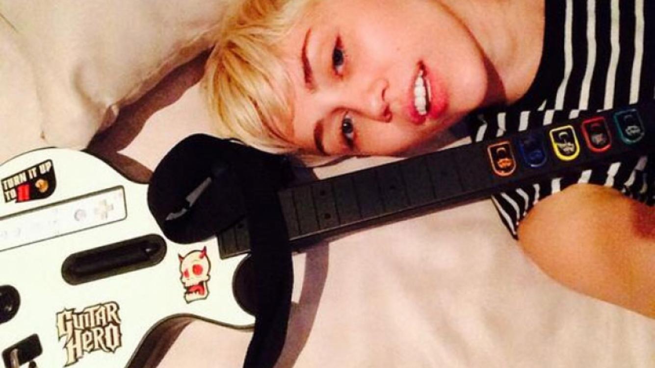 Miley Cyrus no fue a la entrega de los premios Grammy 2014 porque se quedó jugando al Guitar Hero. (Foto: @MileyCyrus)