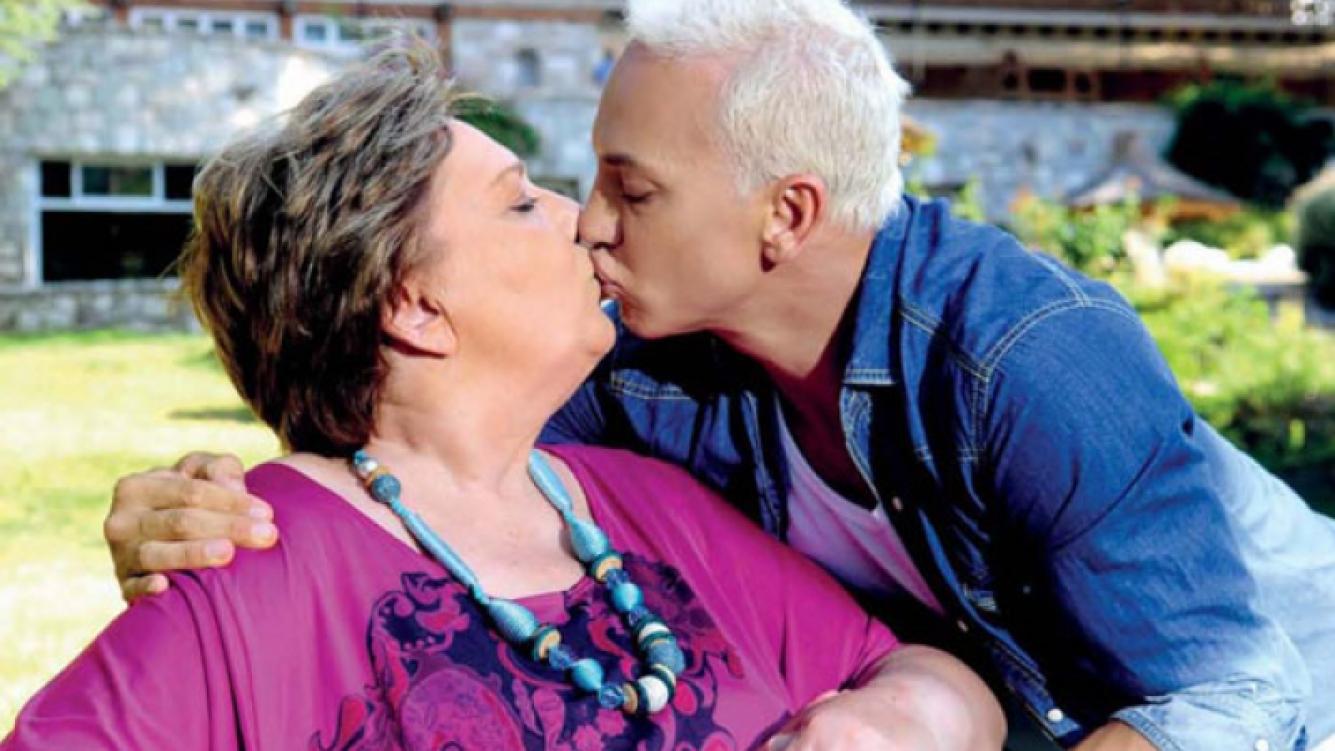 Flavio Mendoza y su mamá, en una dulce producción de fotos (Foto: Gente).
