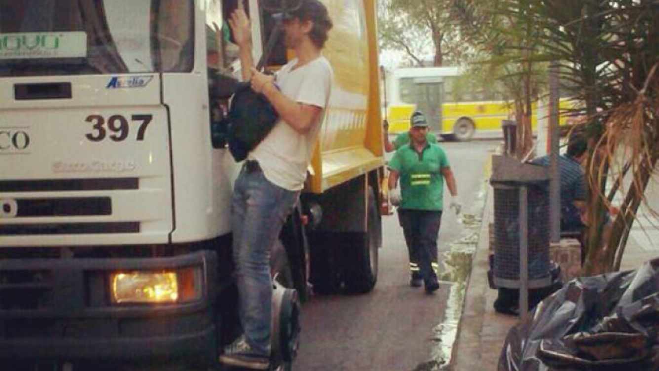 Pedro Alfonso llegó al teatro arriba de un camión de basura (Foto: Twitter).