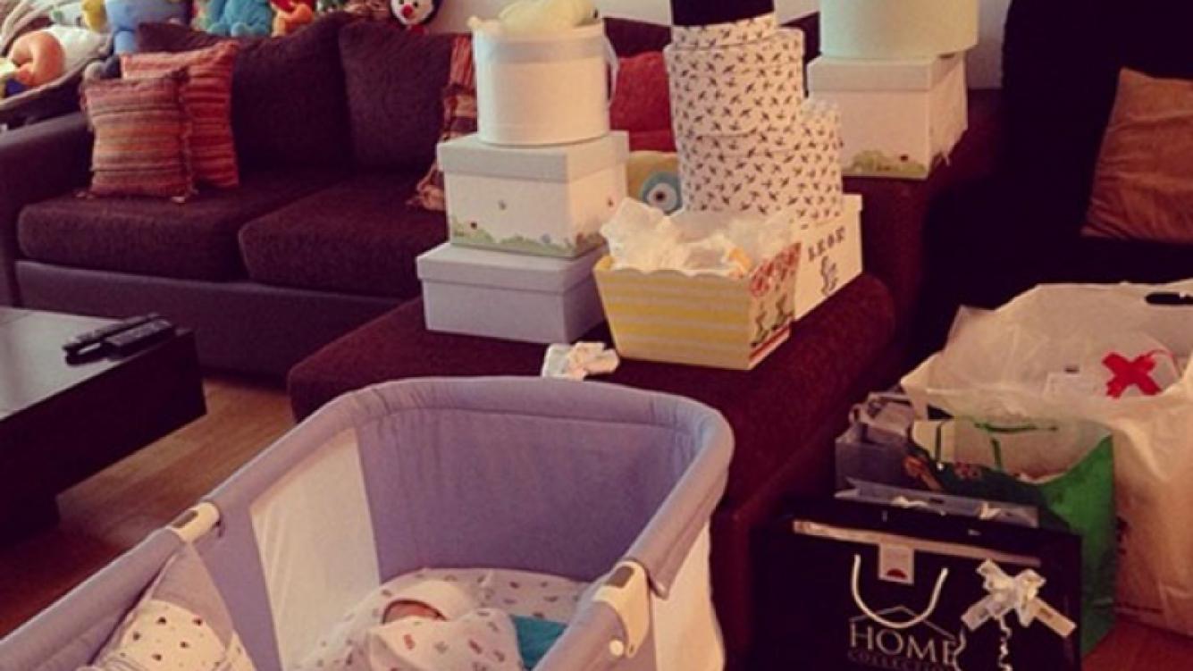 El pequeño León, rodeado de regalitos en su casa (Foto: Instagram).