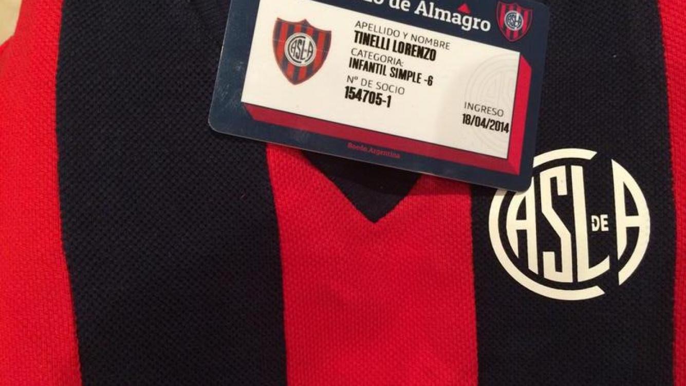 Lorenzo Tinelli ya tiene la camiseta del club puesta. (Foto: Twitter)