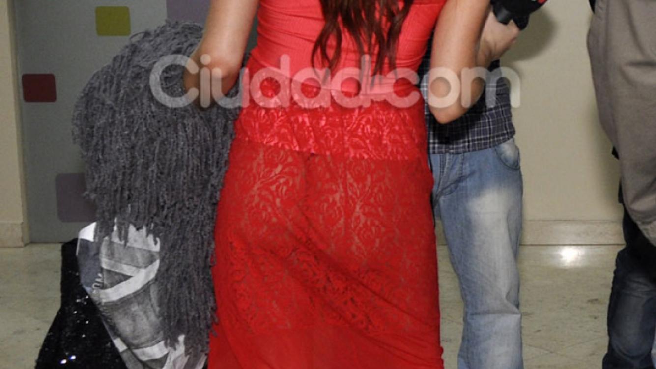 La mujer de rojo: Annalisa Santi y un look impactante para el teatro (Foto: Jennifer Rubio).