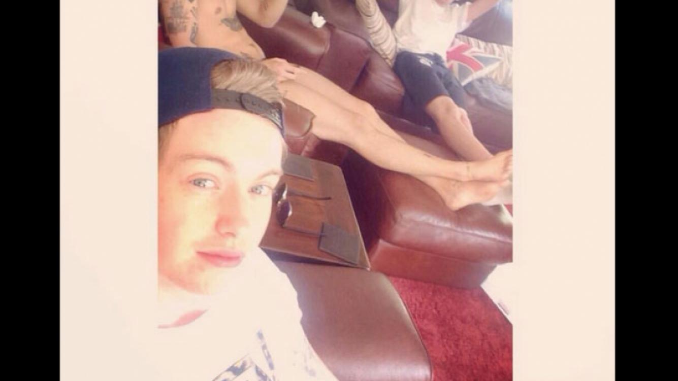 Se filtró una foto de Harry Styles mirando TV… ¡totalmente desnudo! (Foto: @matty_selley)