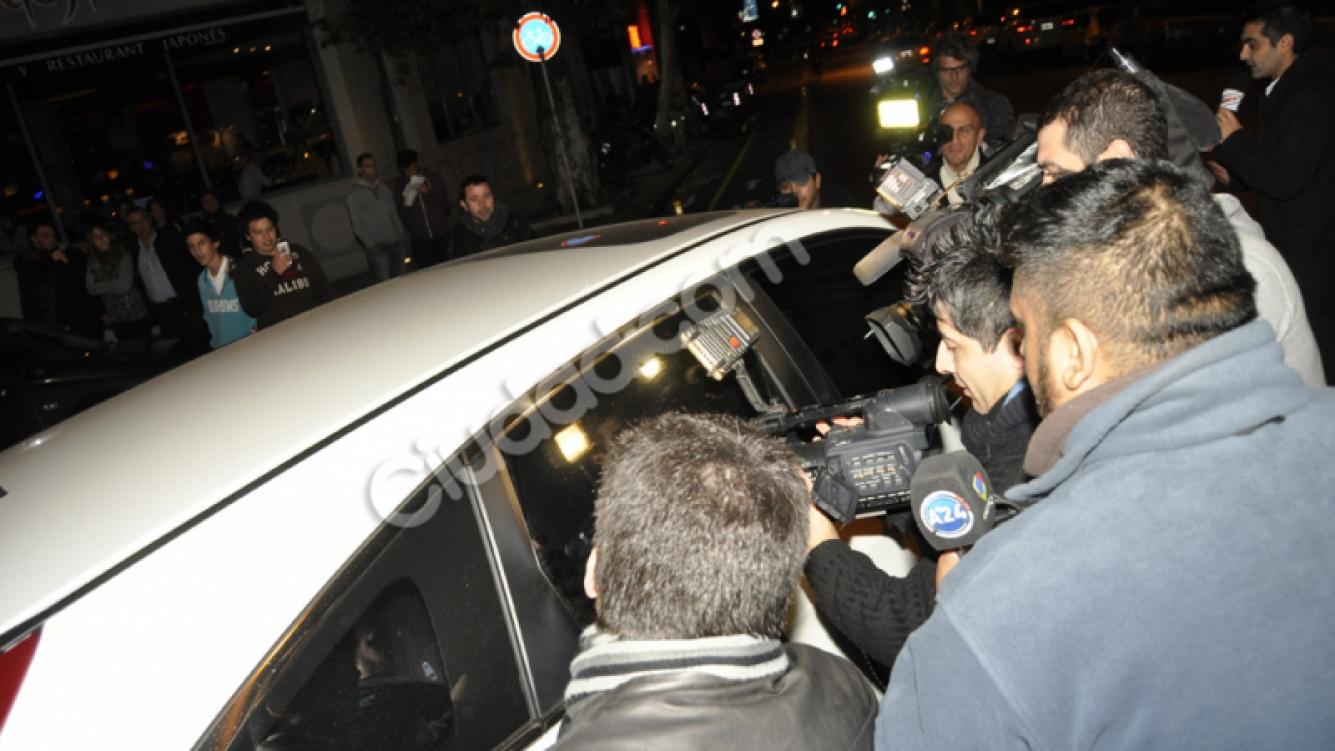 Wanda Nara y Mauro Icardi, risas y mimos en el auto (Fotos: Jennifer Rubio).