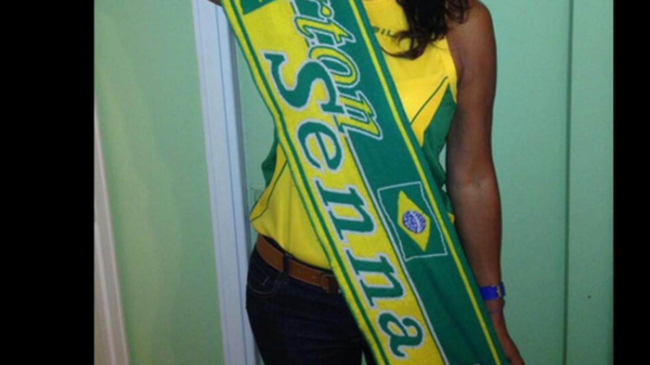 Anamá Ferreira alentando a Brasil en el Mundial (Foto: Twitter)