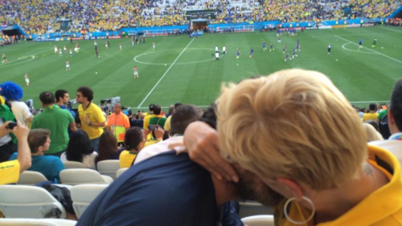 """Xuxa y su novio """"bancaron"""" a Brasil en el debut del Mundial. (Foto: Facebook)"""