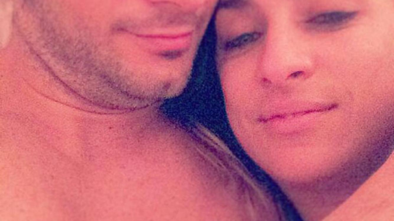 María Julia Oliván y una foto de la intimidad con su novio. (Foto: Twitter)