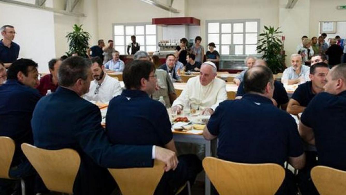 El Papa en el almuerzo en el Vaticano. (Foto: L Osservatore Romano)
