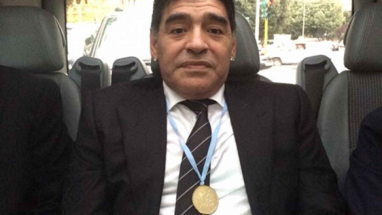 Diego Armando Maradona y la medalla que le regaló Francisco. (Foto: Matías Morla)