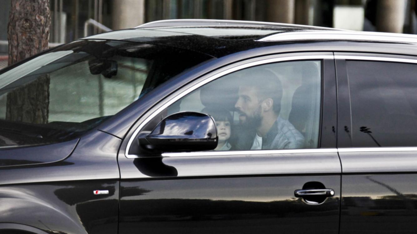 ¡Polémica! Gerard Piqué en la mira por conducir su auto con el pequeño Milan en su falda. (Foto: Grosby Group)
