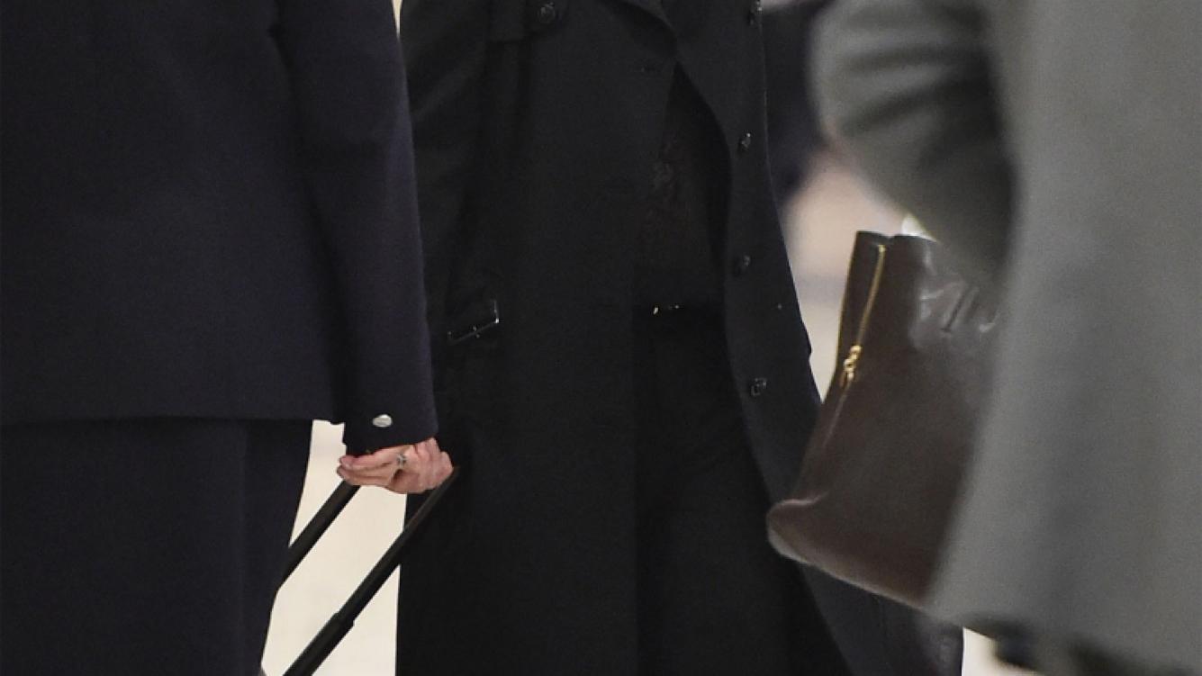 Who's that woman? Madonna, irreconocible en el aeropuerto de Los Ángeles. (Foto: Grosby Group)