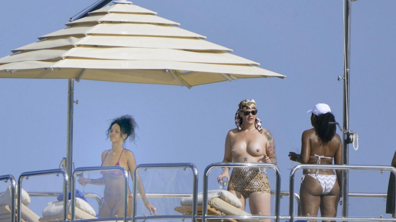 Rihanna, con una amiga en Italia. (Foto: Grosby Group)