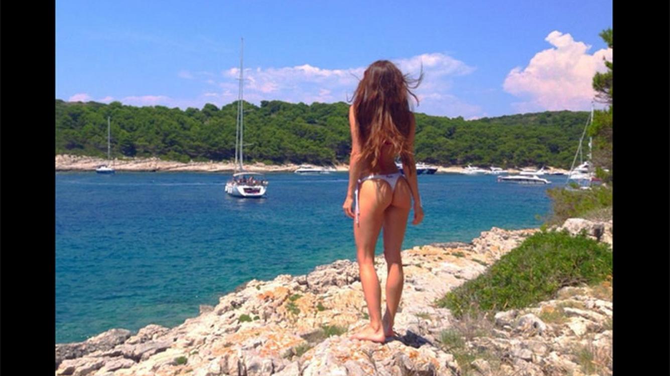 Magui Bravi provocó en Twitter con una foto en bikini y una pose sugerente  (Foto: Twitter)