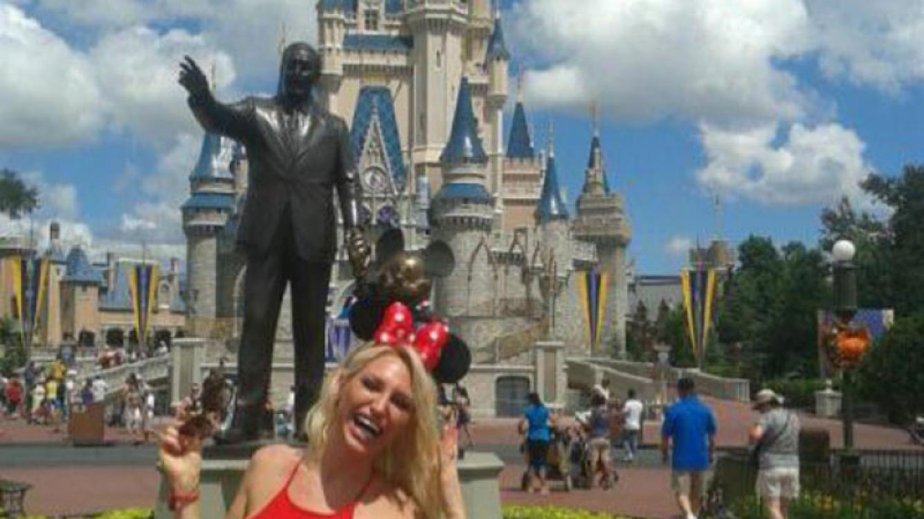 Vicky Xipolitakis, muy sexy en sus vacaciones en Disney (Fotos: Twitter).