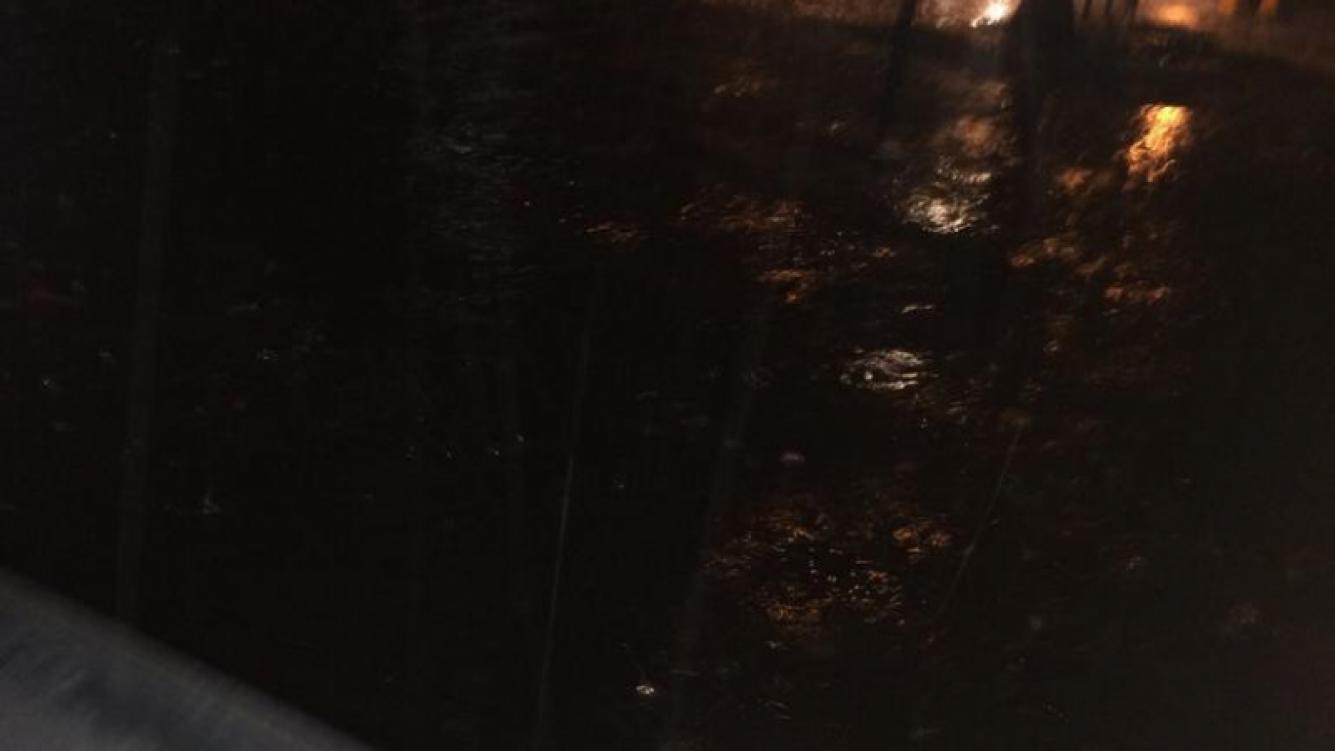 Victoria Xipolitakis a bordo de su auto inundado registró el diluvio. (Foto: @VXipolitakisOK)