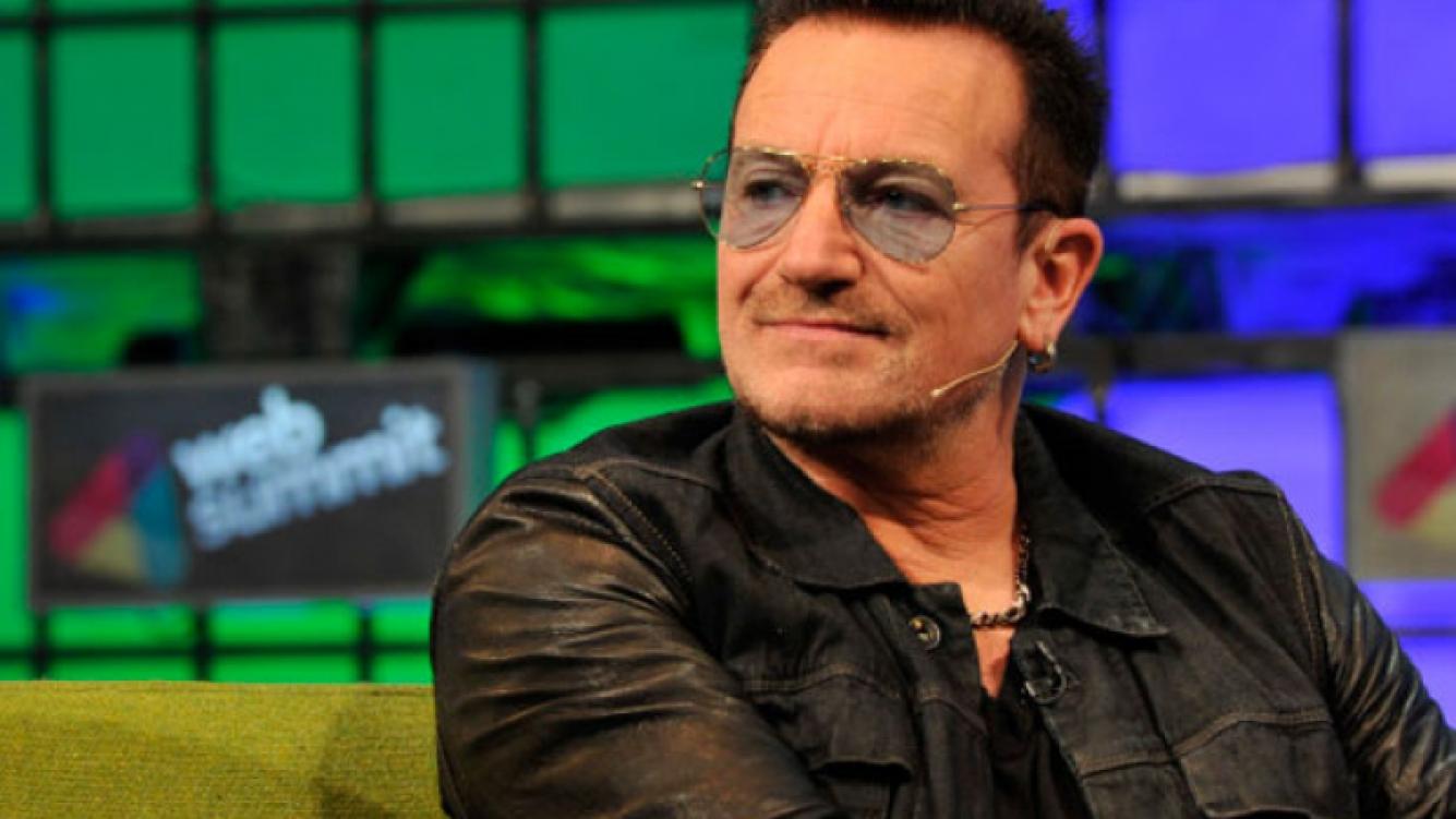 Bono podría perder la capacidad de tocar la guitarra debido a las múltiples fracturas. (Foto: Web)