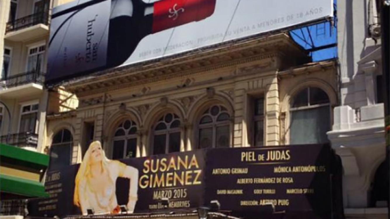 Arriba de la marquesina de Piel de Judas colocaron una llamativa publicidad (Foto: Twitter)