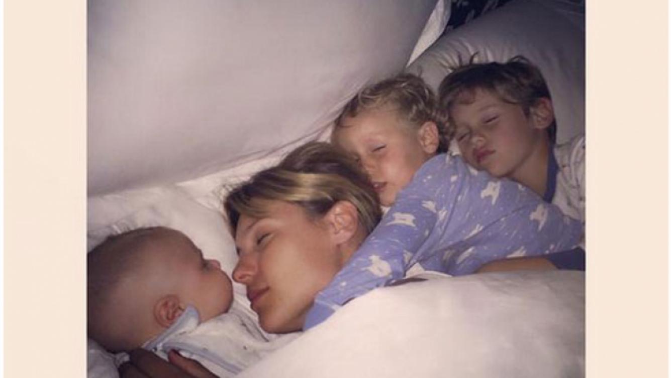 """La tierna foto de Pampita durmiendo con sus tres hijos: """"Viva el colecho"""" (Foto: Twitter)"""