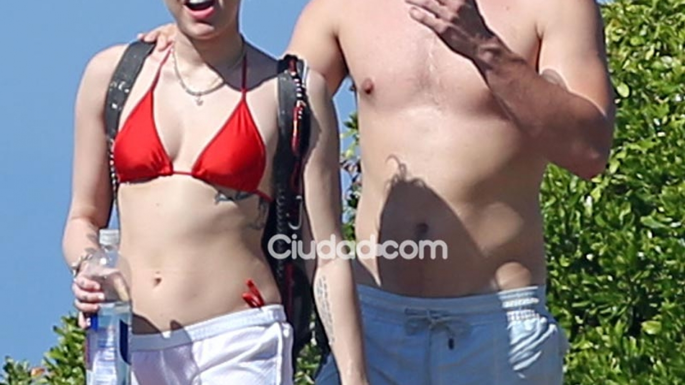 Miley Cyrus y su novio en Hawaii. (Foto: Grosby Group)