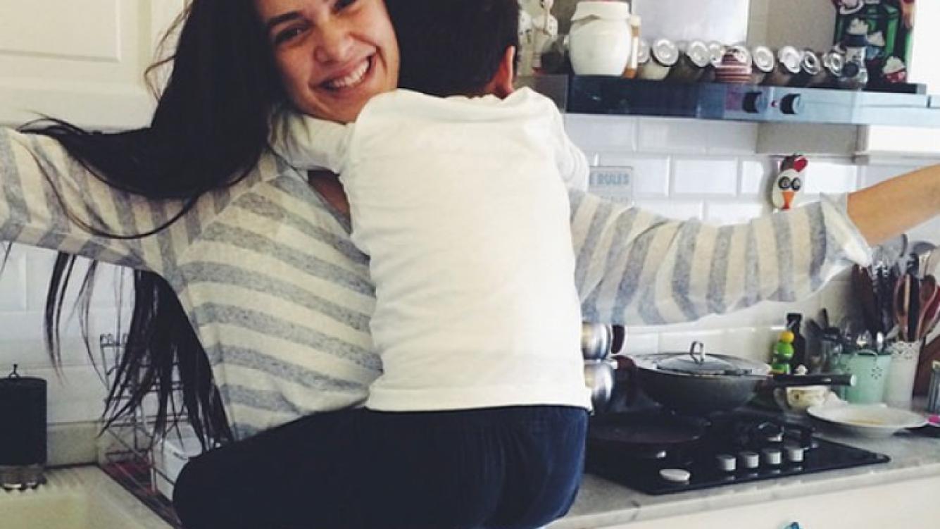 El tierno abrazo de cumpleaños de Bergüzar Korel a su hijo, Ali. (Foto: Instagram)