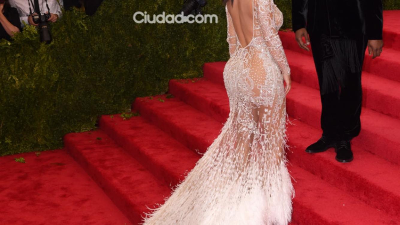 Kim Kardashian y un vestido blanco, con transparencias y plumas para la gala (Foto: Grosby Group).