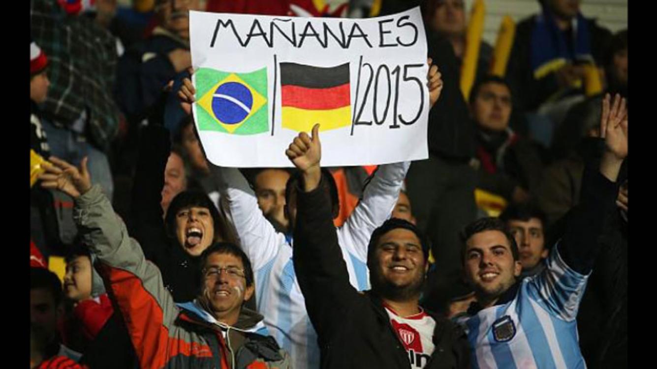 El cartel del hincha argentino no miente. Mañana (por el jueves) es Brasil (1)/Alemania (7)/2015. (Foto: Twitter)