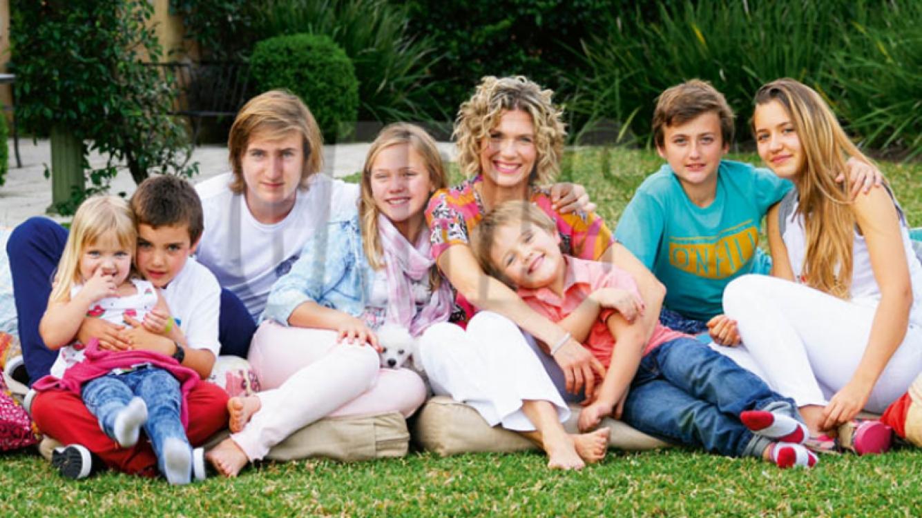 Maru Botana posó con sus siete hijos. (Fotos: revista Caras)