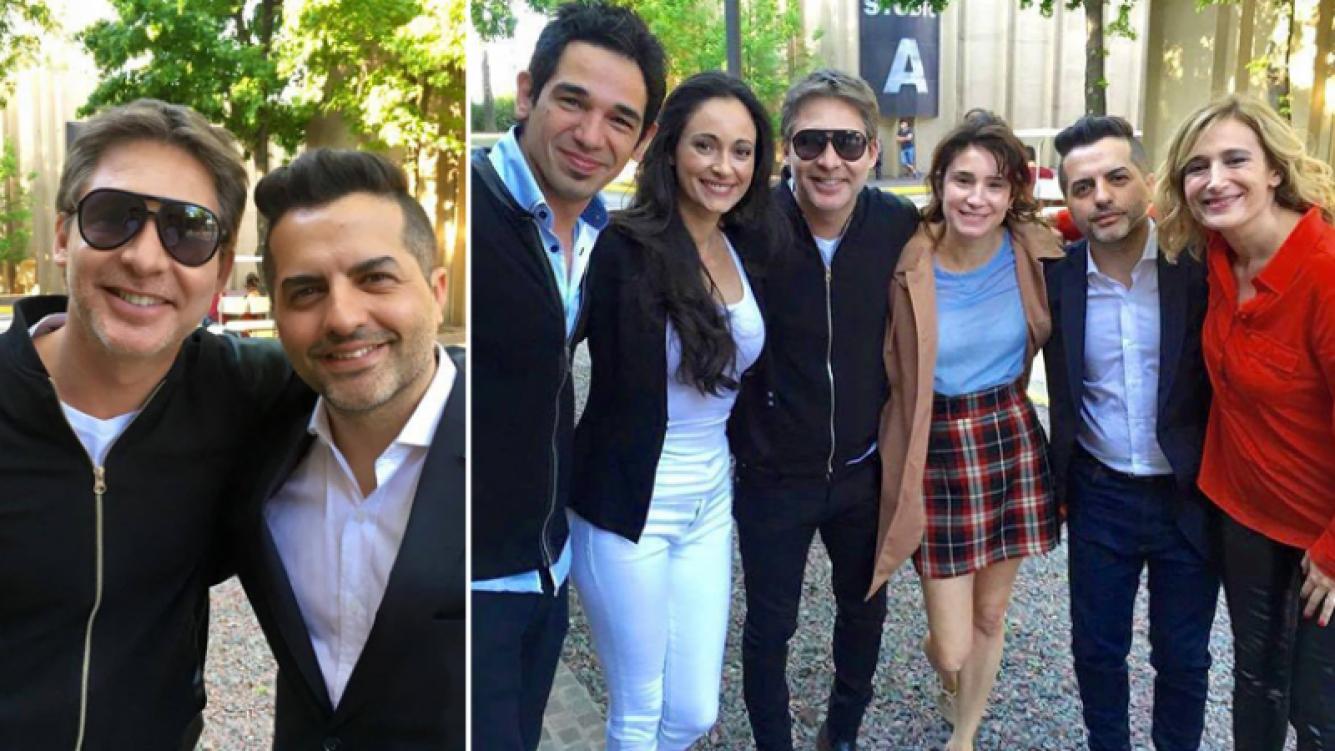 Adrián Suar y Valeria Bertuccelli con los cuatro periodistas que tienen una participación en la película.