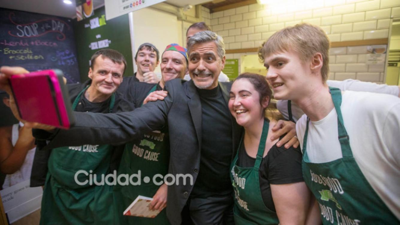 George Clooney posó divertido con los empleados del lugar (Fotos: GrosbyGroup).