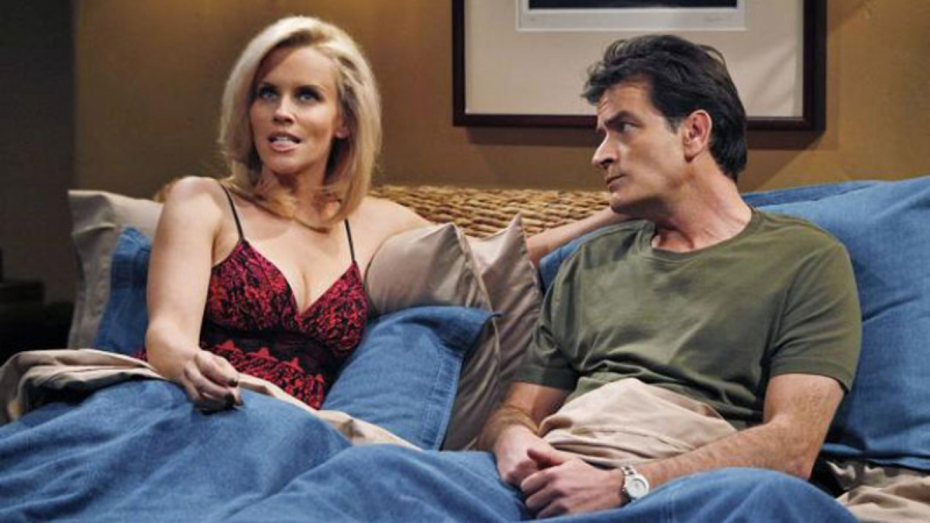 Jenny McCarthy y Charlie Sheen en Two and a half men. Foto: Web