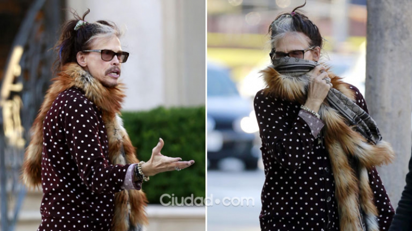Steven Tyler y su extraño look callejero: boa de piel, bijouterie y estilo andrógino. (Foto: Grosby Group)