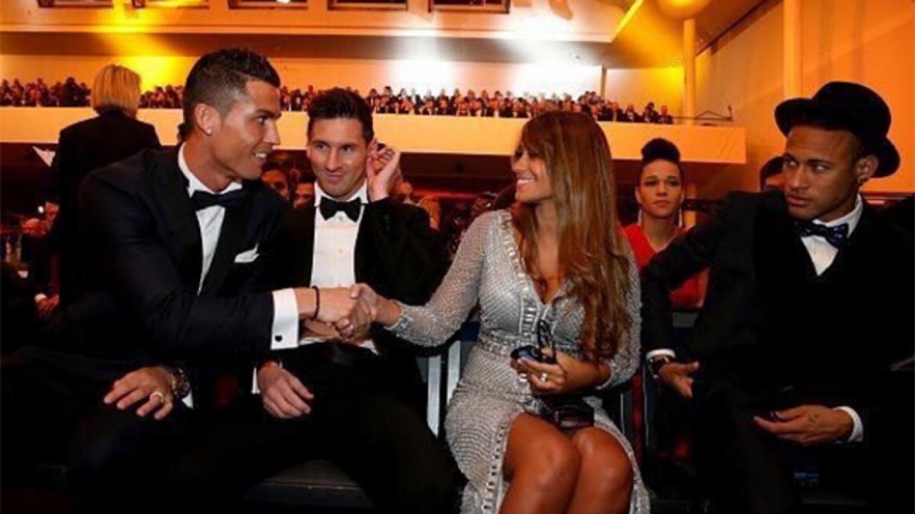 El saludo de Cristiano Ronaldo a Antonella, la mujer de Messi. Foto: Twitter.