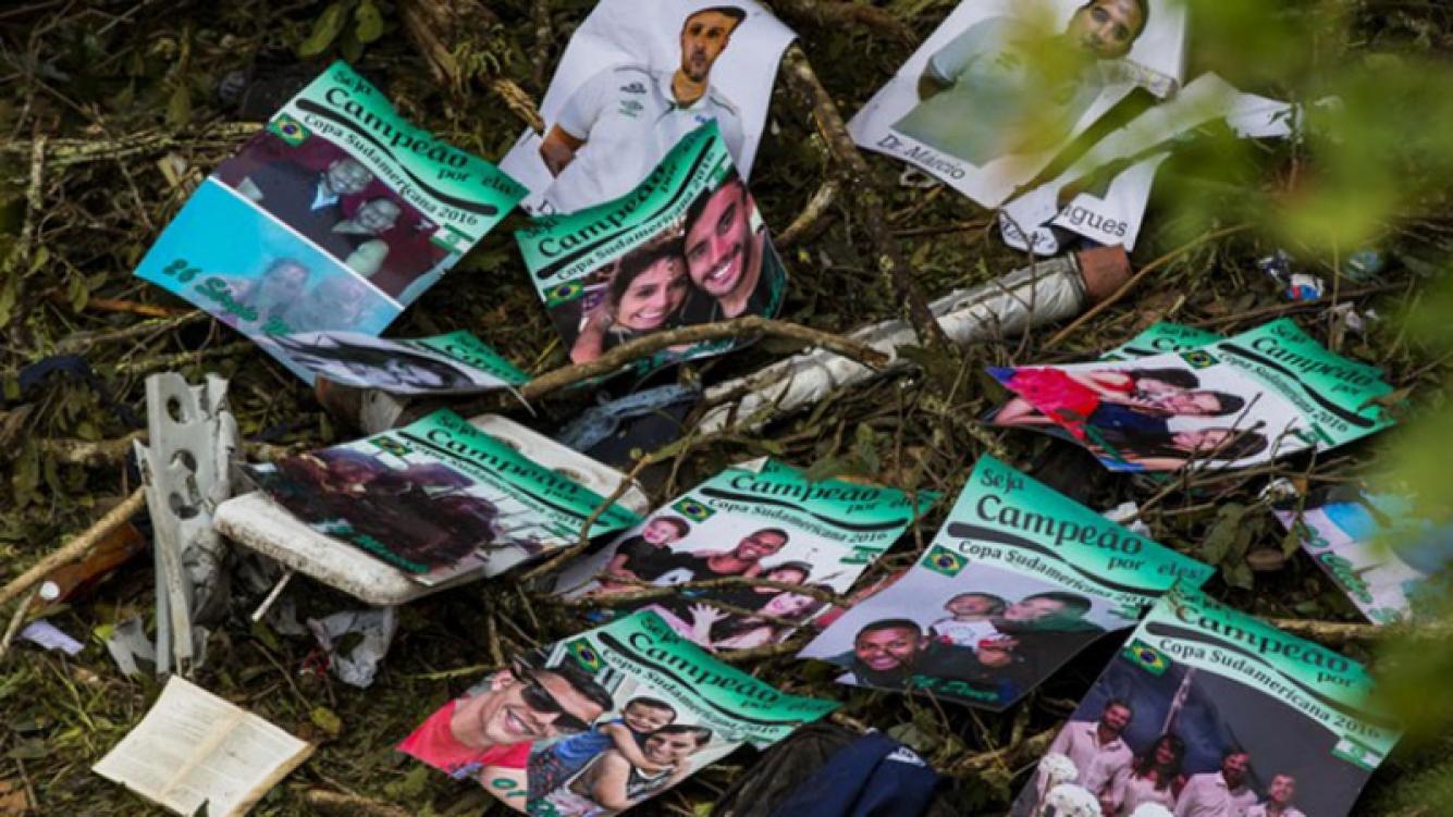 """Los carteles que el utilero Cocada había preparado para el plantel de Chapecoense: fotos con sus seres queridos y una frase: """"Sean campeones por ellos"""". (Foto: Globoesporte)"""