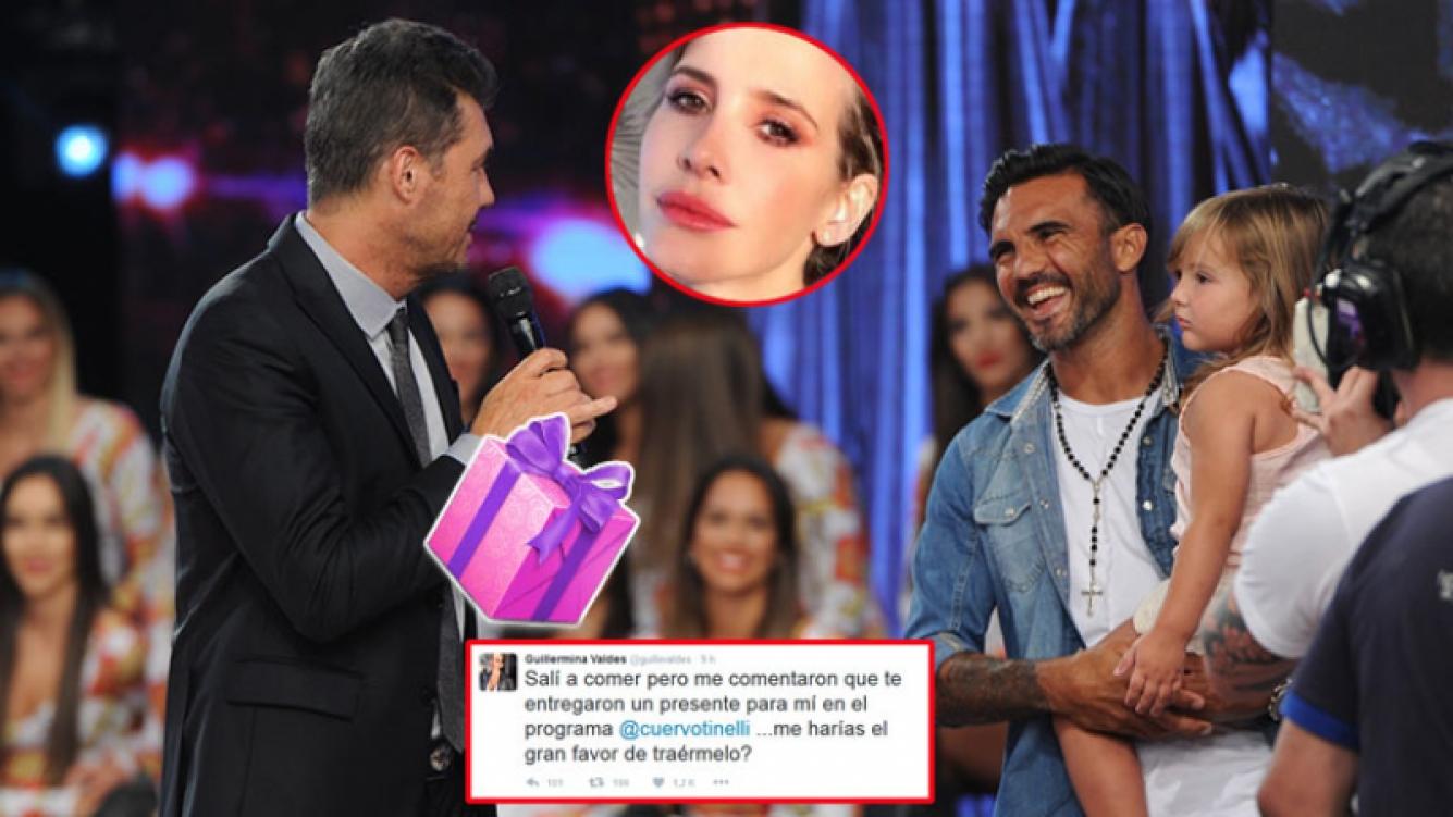 Marcelo Tinelli recibe el regalo de Poroto Cubero para Guillermina Valdes. Foto: Ideas del Sur