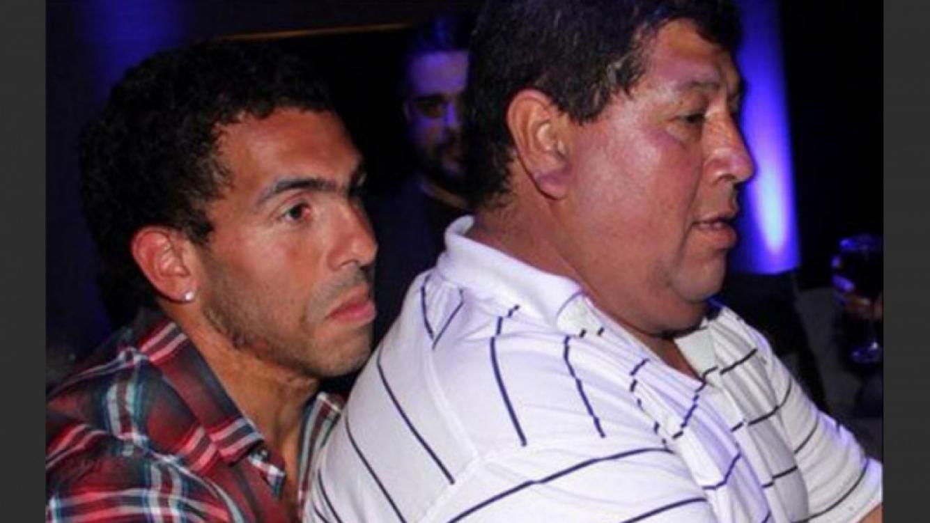 卡洛斯特维斯与其父亲,后者目前遭到绑架。(照片:推特)