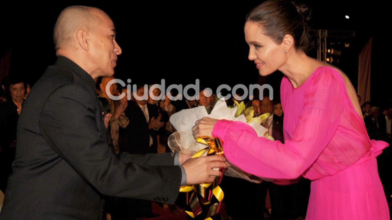 Angelina Jolie, una megaestrella -¡soltera!- en Camboya. Foto: AFP.